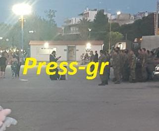 Στρατιωτικός Ιερέας, ευλογεί Αξιωματικούς και Οπλίτες, λίγο προ τής αναχωρήσεώς τους από τον Ωρωπό, χθες, προς «άγνωστη κατεύθυνση»…