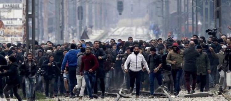 Έκρυθμη η κατάσταση στη Θεσσαλονίκη: Aλλοδαποί πολιορκούν τον σιδηροδρομικό σταθμό & μπλοκάρουν τρένο