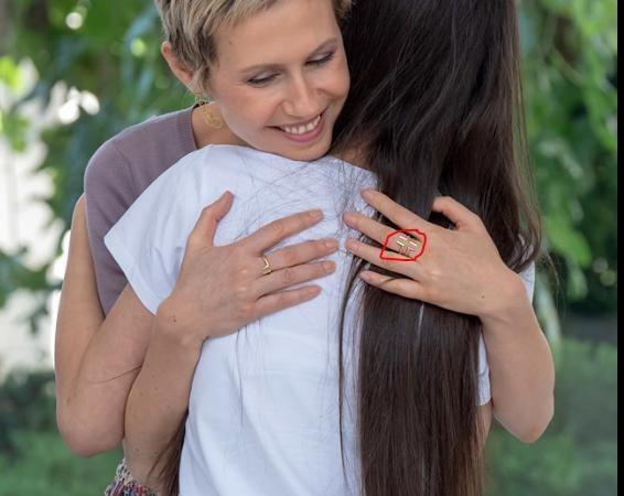 H Άσμα Άσαντ και το δαχτυλίδι της με το Σταυρό αφού γιατρεύθηκε από καρκίνο.