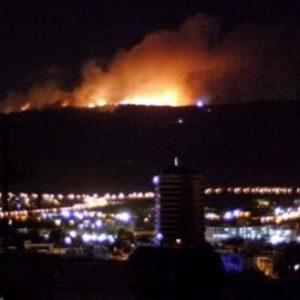 Σε εξέλιξη η φωτιά στον Υμηττό – Έφτασε στην κορυφογραμμή προς Καισαριανή (βίντεο-φωτο)
