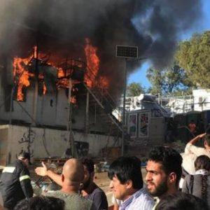 ΕΚΤΑΚΤΟ: Μεγάλη φωτιά στο ΚΕΠΑ της Μόριας – Οι αλλοδαποί δεν αφήνουν την Πυροσβεστική να τη σβήσει!
