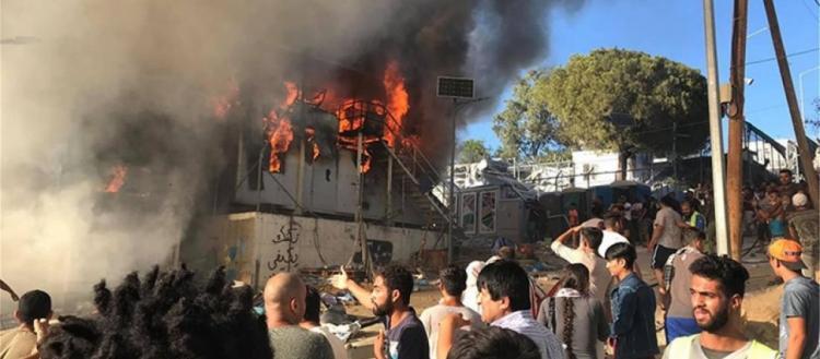 «Κill the police» φώναζαν οι χιλιάδες αλλοδαποί που έκαψαν την Μόρια: Επίθεση και στους πυροσβέστες (βίντεο)