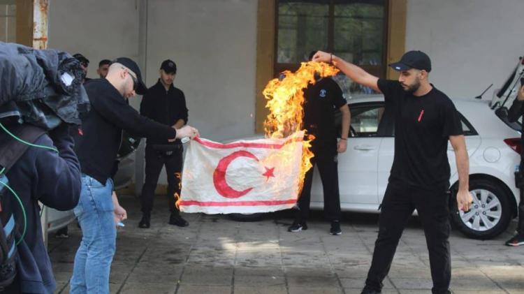Προς Μουσταφά Ακιντζί . Το ΕΛΑΜ δεν είναι μόνο του έχει δίπλα του τον εφιάλτη σας . Ετοιμαστείτε , φεύγετε από την Κύπρο όπως ήρθατε !
