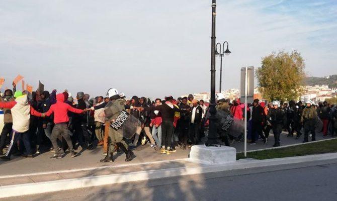 Η Σάμος τελεί υπό κατάληψη: Χιλιάδες αλλοδαποί διαδηλώνουν για τα «δικαιώματά» τους