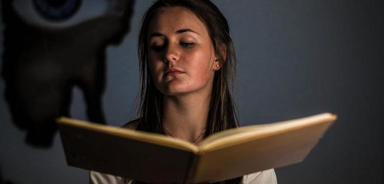 Τα Σημεία των Καιρών πιο καθαρά από ποτέ: Βιβλίο μαθαίνει παιδάκια πως να καλούν δαίμονες (ΒΙΝΤΕΟ)