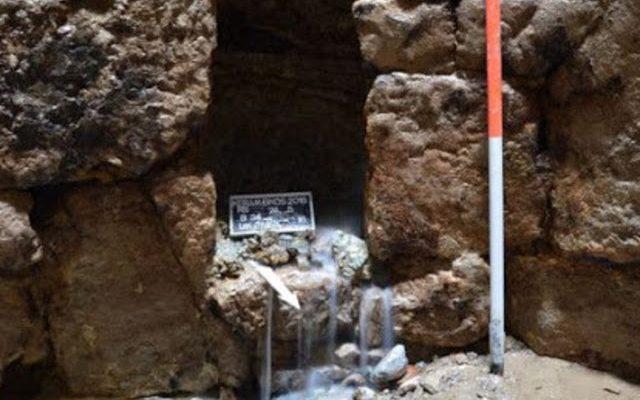 ΑΔΙΑΝΟΗΤΗ ανακάλυψη στον Κεραμεικό:Βρέθηκαν αρχαίες πινακίδες με ΚΑΤΑΡΕΣ μέσα σε πηγάδι το οποίο χρονολογείται 2.500 χρόνια πριν
