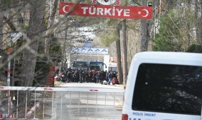 Τα ΜΑΤ ρίχνουν χημικά στους μετανάστες στον Έβρο για να μην μπουν στην Ελλάδα.
