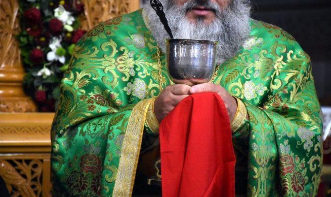 Κορωνοϊός: «Πόλεμος» μετά την απόφαση της Ιεράς Συνόδου οι ιερείς να κοινωνούν κανονικά