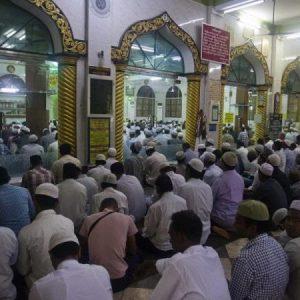 Παράνοια .Αφήνουν χιλιάδες μουσουλμάνους ανάμεσά μας , εν μέσω Ραμαζανιού να μετατραπούν σε υγειονομικές βόμβες.