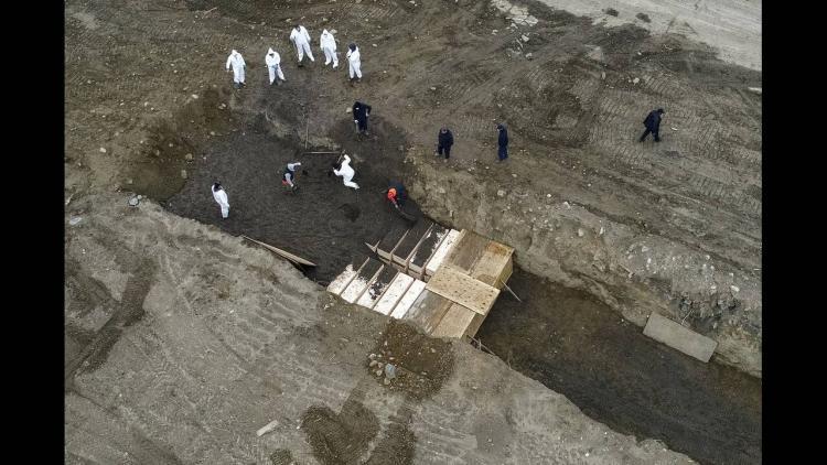 Εικόνες πολέμου: Η Νέα Υόρκη θάβει νεκρούς του κορωνοϊού σε ομαδικούς τάφους ΒΙΝΤΕΟ