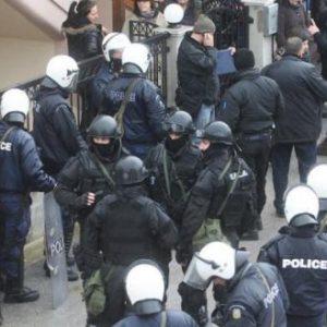 Η κυβέρνηση καταργεί το Σύνταγμα: Η ΕΛ.ΑΣ θα εισβάλλει σε σπίτια χωρίς εντολή εισαγγελέα για να ελέγχει για συνωστισμό!
