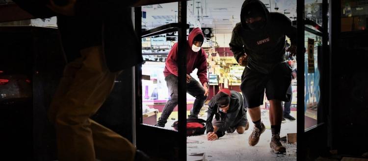 Σάμος: Παράνομοι μετανάστες κάνουν μαζικό πλιάτσικο σε κατεστραμμένα σπίτια & μαγαζιά -Αρπάζουν ό,τι βρουν μπροστά τους!