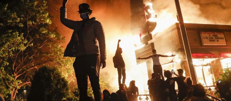 «Τρόμος» στις ΗΠΑ: Οι κάτοικοι οχυρώνουν σπίτια & μαγαζιά – Φόβοι ότι οι Δημοκρατικοί θα κάψουν τα πάντα