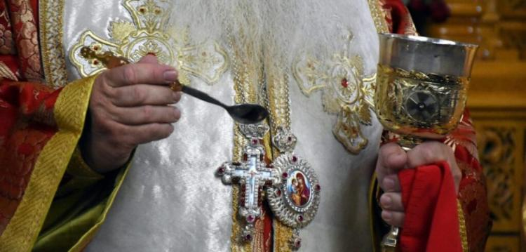 Όπως στην τουρκοκρατία! «Ρουφιάνεψαν» ιερέα που πήγαινε σε σπίτια για να κοινωνήσει πιστούς – ΦΩΤΟ