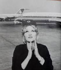 Η Βέσνα Βούλοβιτς ήταν Σέρβα αεροσυνοδός που κατέχει το παγκόσμιο ρεκόρ Γκίνες -χωρίς φυσικά να το επιδιώξει-για την επιβίωση της υψηλότερης πτώσης χωρίς αλεξίπτωτο:10.160 μ!