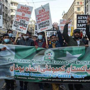 """Οι Πακιστανοί έκαναν πορεία στο κέντρο της Αθήνας & οι Έλληνες """"μέσα"""" σπίτι!"""