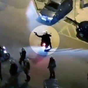 Η… έρευνα της αστυνομίας αποφάνθηκε: Ο αστυνομικός δε σημάδευε με όπλο, απλά κρατούσε τα γάντια του