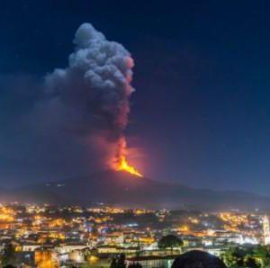 Βίντεο από το «ξύπνημα» της Αίτνας: «Βροχή» από ηφαιστειακή σκόνη σε πόλεις της Σικελίας – Το νέφος έφτασε μέχρι την Αθήνα