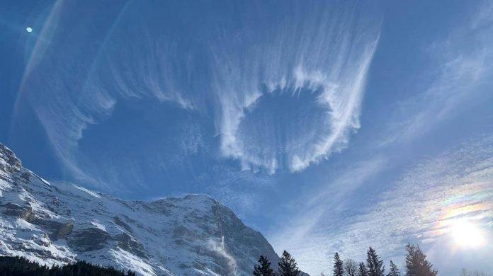 Αυτό δεν είναι φυσικό! Μυστηριώδεις κύκλοι σύννεφων εμφανίζονται πάνω από τις Ελβετικές Άλπεις.