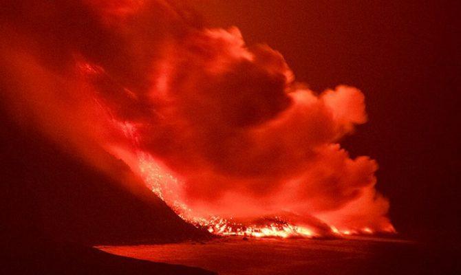 Ισπανία: Η λάβα του ηφαιστείου στα Κανάρια έφτασε στον ωκεανό – Ανησυχία για την έκλυση τοξικών αερίων