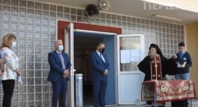 Αμύνταιο – Αρχιμανδρίτης σε διευθύντρια σχολείου: «Να κρατάω τον σταυρό και να φοράω μάσκα; Ντροπή σας» (vid)