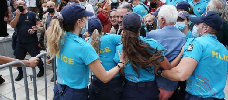 Σφοδρές λαϊκές αποδοκιμασίες κατά Κ.Μητσοτάκη στην Μητρόπολη Αθηνών – Προοίμιο αυτών που θα ακολουθήσουν!