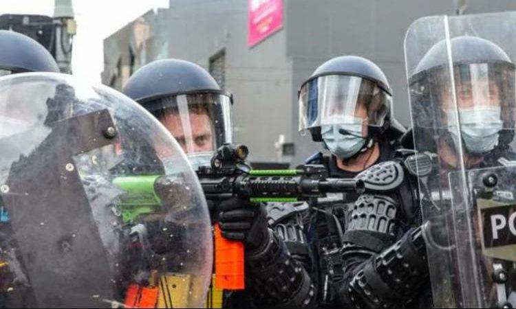 Όργανα χούντας εν δράσει! Πυροβολούν με πλαστικές σφαίρες πολίτες που αντιδρούν στα κορωνομέτρα – ΒΙΝΤΕΟ