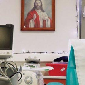 Οργισμένη ανάρτηση Ά. Τσελέντη για την αποκαθήλωση θρησκευτικών εικόνων από νοσοκομεία της χώρας