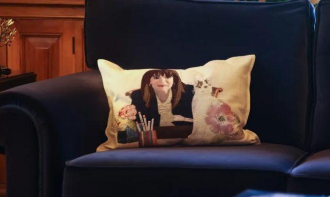 Το μαξιλάρι με την φάτσα της κυρά – Κατερίνας και των γατιών της στον καναπέ των επίσημων καλεσμένων!